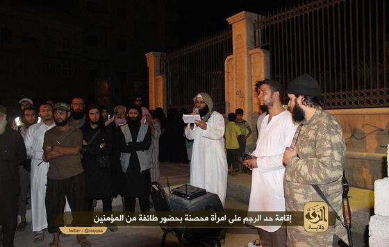 IS-Raqqah-stoning-woman.jpg