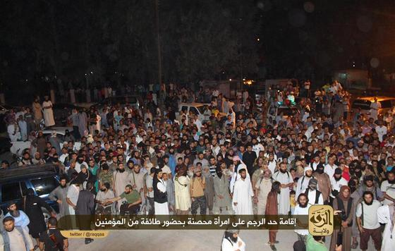IS-Raqqah-stoning-woman2.jpg