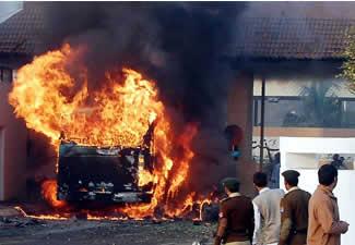 pakistan-rawalpinidi-suicide-blast-20071125.jpg