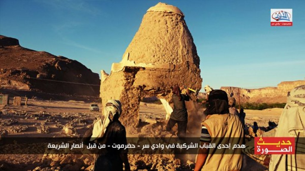 16-01-30 Ansar al Sharia destroys a polytheistic dome 1