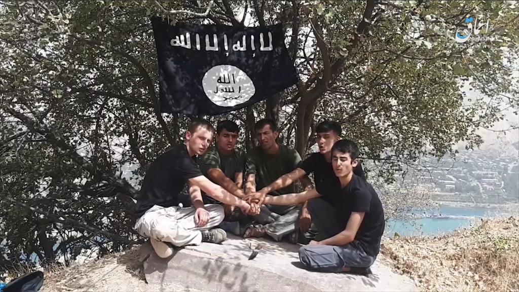 Los asaltantes en Tayikistán juraron lealtad a Baghdadi antes del ataque 18-07-31-Amaq-video-of-Tajikistan-terrorists-swearing-allegiance-to-Baghdadi-1024x576